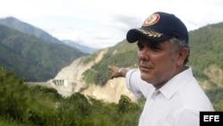 El presidente electo de Colombia, Iván Duque, señala el proyecto de la central hidroeléctrica el 23 de junio de 2018, durante su visita a Ituango (Colombia)