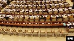 Parlamento birmano con las sillas vacías de los opositores