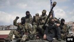Prorrusos armados y vestidos con trajes militares posan en lo alto de un tanque en Sláviansk, en la región de Donetsk (Ucrania), hoy, miércoles 16 de abril de 2014.