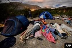Migrantes venezolanos camino a Perú pernoctan en la autopista Panamericana, entre Tulcan e Ibarra, en Ecuador.