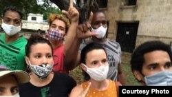 Omara Ruiz (al centro de la foto) junto a varios activistas indagan por músicos detenidos. Foto Archivo