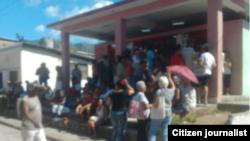 Reporta Cuba La cola para comprar pollo racionado en Santiago de Cuba. Foto: @patriotaliu.