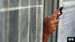 Un hombre se conecta a internet en un punto Wi Fi en Cuba.