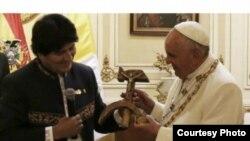 Evo Morales entrega al papa Francisco un crucifijo con el símbolo internacional de los comunistas.