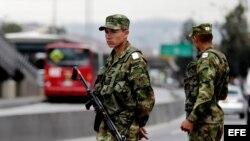 Dos militares colombianos custodian una calle hoy, sábado 31 de agosto de 2013, cerca a una estación del sistema masivo de transporte TransMilenio, en Bogotá (Colombia)