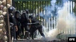 Miembros de las fuerzas antimotines de la Policía enfrentan a varios jóvenes que se tomaron las instalaciones de la Universidad Nacional Agraria (UNA) el 19 de abril de 2018, durante una protesta en contra de la reformas del Instituto Nicaragüense de Segu