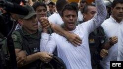 El dirigente opositor venezolano Leopoldo López se entrega a miembros de la Guardia Nacional (Archivo)