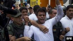 El dirigente opositor venezolano Leopoldo López se entrega a miembros de la Guardia Nacional (GNB, policía militarizada)