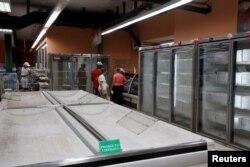 Anaqueles semi vacíos en un supermercado de La Habana