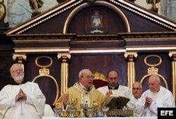 El cardenal cubano Jaime Ortega Alamino (2-i), acompañado del cardenal de Boston Sean O'Malley (i), y Theodore McCarrick (d), obispo emérito de Washington, oficia una misa en conmemoración del aniversario 50 de su ordenación como sacerdote.