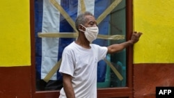 Un cubano se protege del contagio del coronavirus con una mascarilla. YAMIL LAGE / AFP