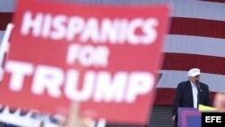 Hispanos apoyan a Trump durante su discurso en el Bayfront Park de Miami.