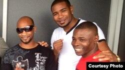 De izquierda a derecha: Yan Barthelemy, Yunier Dorticós y el campeón mundial Guillermo Rigondeaux.