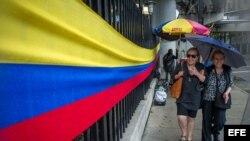 Colombianos residentes en EEUU votan en elecciones presidenciales.
