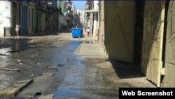 Aguas albañales en una calle de Centro Habana. (Foto de archivo)