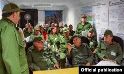 """El ministro de Defensa de Cuba, el general Leopoldo Cintra Frías dando instrucciones en la maniobra """"Bastión 2016""""."""