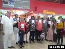 Activistas cubanos regulados, en el Aeropuerto José Martí de La Habana.