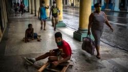 Niños juegan en la acera en La Habana. (AP Photo/Ramon Espinosa )