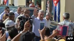 El presidente cubano, Miguel Díaz Canel, conversa con los residentes de Caimanera en la provincia de Guantánamo, Cuba, el 14 de noviembre de 2019.