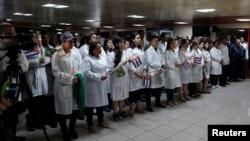 Un grupo de médicos cubanos fue recibido en una ceremonia a su llegada al Aeropuerto Internacional José Martí de La Habana.