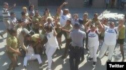 El 141 domingo represivo contra las Damas de Blanco. (Foto: Angel Moya)