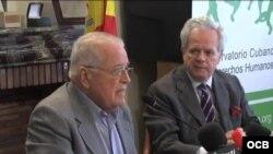 Elizardo Sánchez (i) junto a Guillermo Gortázar, presidente de la Fundación Hispano Cubana, en Madrid, 2013. Archivo.