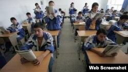 Estudiantes uigures estudian en una escuela de Hotan, en Xinjiang.