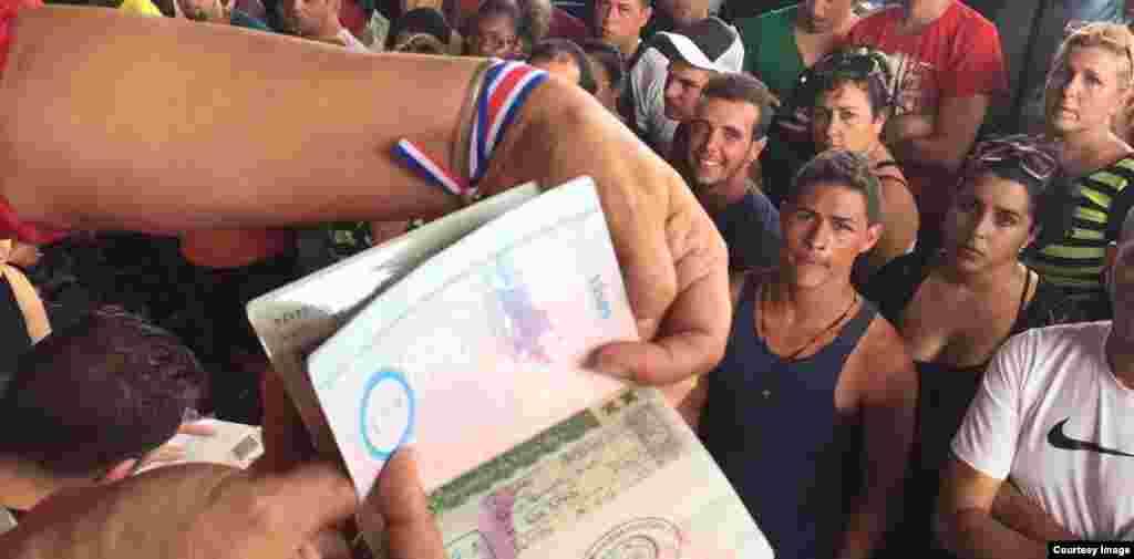 Las autoridades migratorias de Costa Rica otorgan un salvoconducto a los migrantes cubanos. (Foto cortesía de La Nación/Alonso Tenorio)