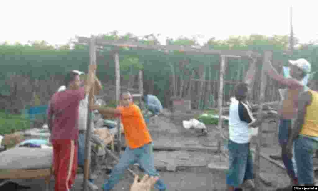 Ayudan a familias víctimas de demolición de casas Santiago de Cuba Foto cortesía Marcos Díaz y Ermis Carbonel para Reporta Cuba