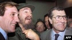 Fidel Castro junto al actor Gerard Depardieu y el empresario Gerard Bourgoin (der.) en La Habana en 1996.