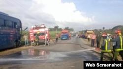 Rescatistas y bomberos en el lugar del accidente.