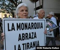 Silvia Iriondo sostiene uno de los carteles en la protesta por la visita de los Reyes de España a Cuba (Foto: Roberto Koltún).