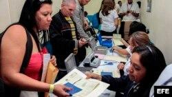 Cubanos en tránsito hacia EEUU mostrando su documentanción en el Aeropuerto Internacional de San Salvador (13/01/2016). Foto cedida por el Ministerio de Relaciones Exteriores de El Salvador.