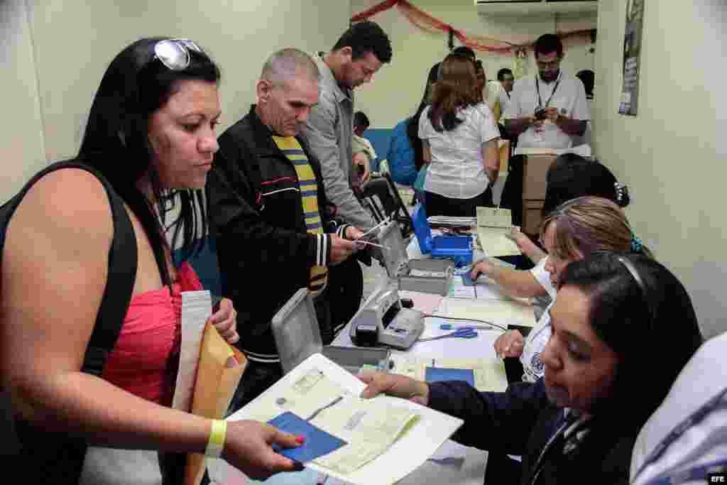 Imagen cedida por el Ministerio de Relaciones Exteriores que muestra a los cubanos en tránsito hacia EE.UU. mostrando su documentanción hoy miércoles 13 de enero de 2015 en el Aeropuerto Internacional de El Salvador Monseñor Oscar Arnulfo Romero y Galdámez