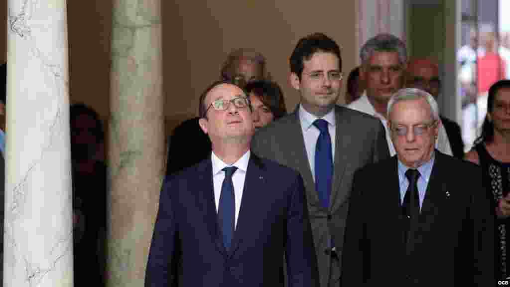 El presidente de Francia François Hollande y el historiador de La Habana, Eusebio Leal (i), participan en la inauguración de la nueva sede de la Alianza Francesa.