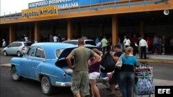 """Cubanos reciben a sus familiares en el aeropuerto """"José Martí"""" de La Habana"""