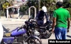 El policía sacó la chapa de la motocicleta, alegando que estaba mal parqueada.