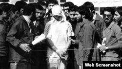 Rehén estadounidense rodeado por estudiantes en Teherán en 1979.