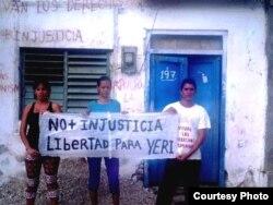 Yisel Aguilar, Odalis Legrá (esposa de Yeris Curbelo) y el activista Yusmel Acosta (ADO). Foto: Cortesía, Yordis G.