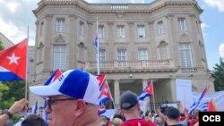 Cubanos marcharon hasta la embajada de Cuba en Washington para manifestar su repudio al régimen.