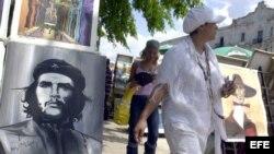 Pintores y artesanos cubanos ofertan sus obras al turismo internacional en La Habana