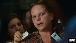 la médica cubana Ramona Matos Rodríguez hablando con periodistas.