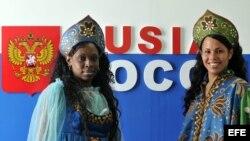 Modelos cubanas posan vestidas con trajes típicos rusos en la XX Feria Internacional del Turismo FITCUBA