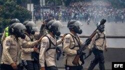 Agentes de la Guardia Nacional Bolivariana bloquean el paso a manifestantes hoy, jueves 20 de abril de 2017, en Caracas (Venezuela). La Guardia Nacional de Venezuela (GNB, policía militarizada) dispersó hoy con gases lacrimógenos algunas concentraciones d