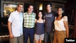 El escritor Angel Santiesteban (2do izq) con sus compañeros, poco después de su puesta en libertad condicional el viernes