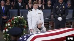 La madre de John McCain ante el féretro del senador.