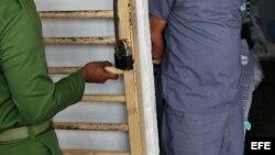 Un militar cubano abre una celda celda.Foto Archivo