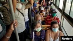 Cubanos viajan en guagua. REUTERS/Alexandre Meneghini
