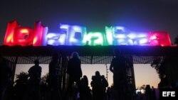 Archivo - Vista de una de las entradas al área donde se celebró el domingo 1 de abril de 2012, el último día de la segunda edición del festival internacional de música alternativa Lollapalooza en Santiago de Chile