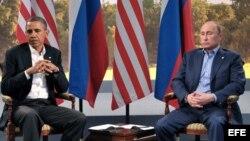 Fotografía fechada el 17 de junio de 2013 que muestra al presidente de Estados Unidos, Barack Obama (i), durante un encuentro bilateral mantenido con su homólogo ruso, Vladímir Putin (d), en la reunión del G8 celebrada en Lough Erne, en Irlanda del Norte